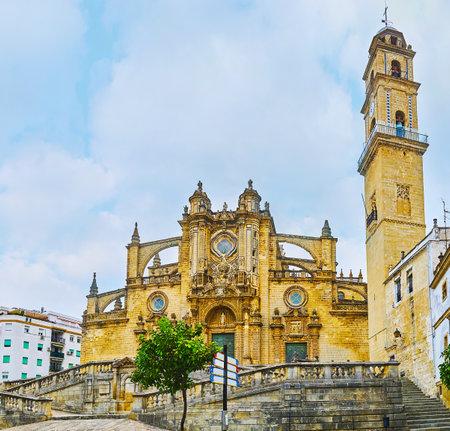 Die Kathedrale des Heiligen Erlösers ist eines der wichtigsten und schönsten Wahrzeichen der Stadt, berühmt für ihr großartiges Äußeres mit Strebebögen, geschnitzten Dekorationen und einem hohen Glockenturm, Jerez, Spanien