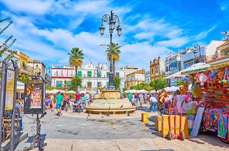 SANLUCAR, SPAIN - SEPTEMBER 22, 2019: The busy and crowded Plaza del Cabildo square is the central location of Old Town with historic townhouses, cafes and stores, on September 22 in Sanlucar Imagens - 150301926