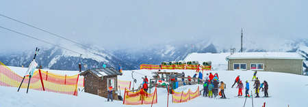 EBENSEE, AUSTRIA - FEBRUARY 24, 2019: The foggy Feuerkogel mountain with a view on panoramic kids ski zone, button ski lift and training ski track, on february 24 in Ebensee Imagens - 151377315
