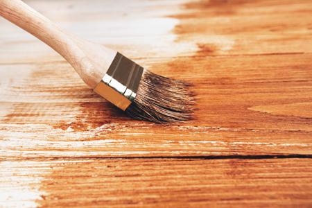 Varnishing a wooden shelf using paintbrush 免版税图像 - 36322943