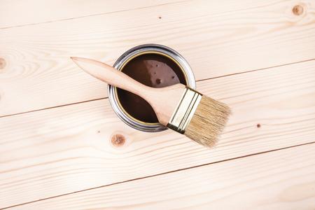 brocha de pintura: Barnizar un estante de madera con pincel