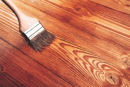 Varnishing a wooden shelf using paintbrush 免版税图像 - 36322950