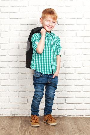 cuadros blanco y negro: Retrato de feliz alegre hermoso niño