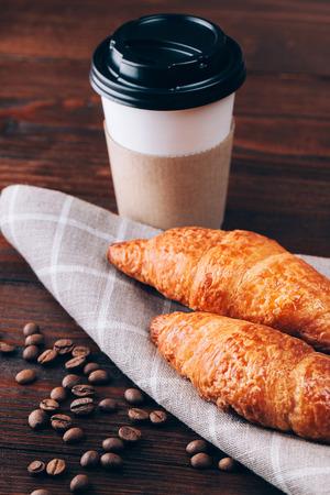 Kaffee mit Gipfeli oder Backen auf Holztisch liegend gehen Standard-Bild - 38771708