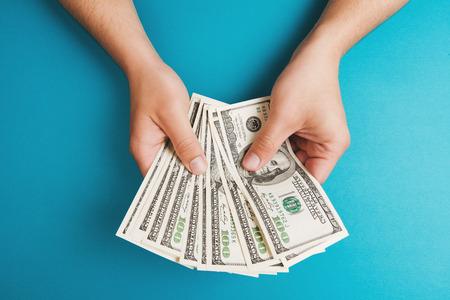 お金、経済の概念、お金の配分を数える男
