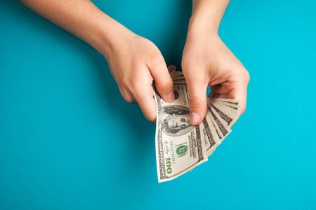 contando dinero: Hombre que cuenta el dinero, el concepto de econom�a, la asignaci�n de dinero