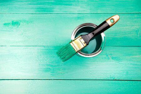 brocha de pintura: Barnizado un estante de madera usando la brocha, color turquesa