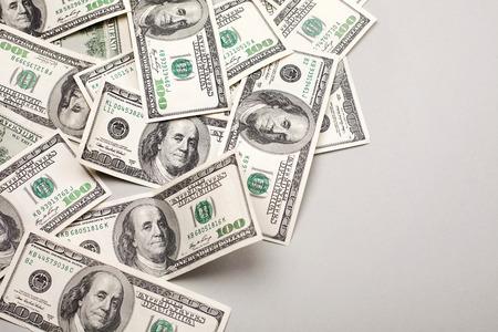 geld Amerikaanse honderd dollarbiljetten - horizontaal op een grijze achtergrond Stockfoto