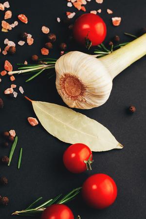 aromatický: Čerstvá rajčata, aromatické byliny a koření na černém