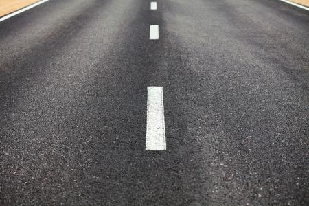 scheidingslijnen: Witte scheidingslijn op het wegdek van de weg Stockfoto