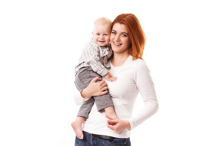 madre e hijo: Imagen de la madre feliz con adorable beb� aislado en blanco