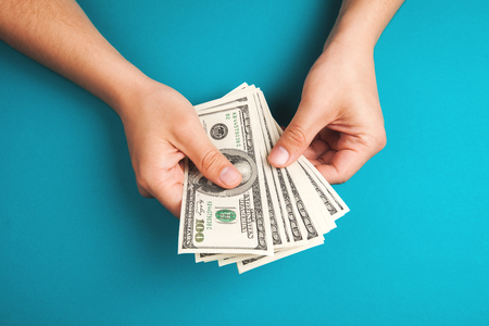 to cash: Hombre que cuenta el dinero, el concepto de economía, la asignación de dinero