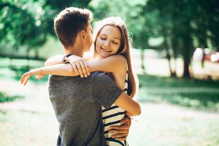 ragazza innamorata: Giovane ragazzo e bella coppia ragazza nel parco, felici insieme, abbracciando