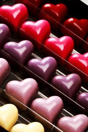 saint valentin coeur: Bo�te noire de chocolat multicolores coeurs ouvert, close up. Concept Saint-Valentin.