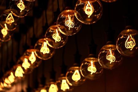 Moderne Lampen 65 : Gruppe von lampen mit interessanten form von wolframfaden. moderne