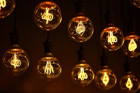 Moderne Lampen 70 : Gruppe von lampen mit interessanten form von wolframfaden moderne