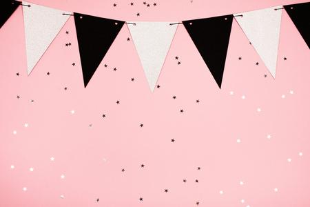 お祝いのピンクの背景、フラットを置く