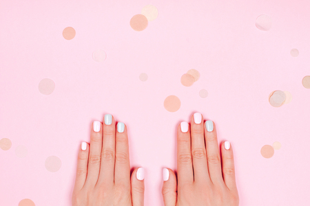 Stylowe modne manicure kobiet