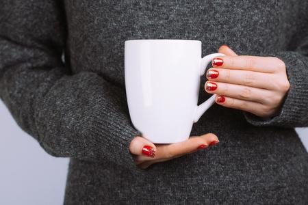 La donna tiene la tazza di caffè bianco Archivio Fotografico - 89453109