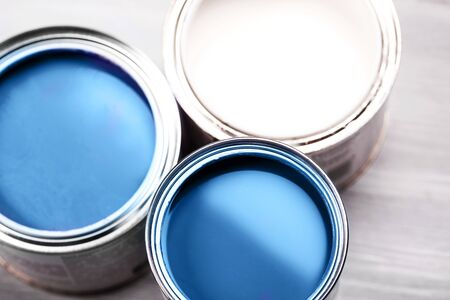 Several opened cans with paint inside. Blue and white colors of paint. Close up. Фото со стока - 135464708