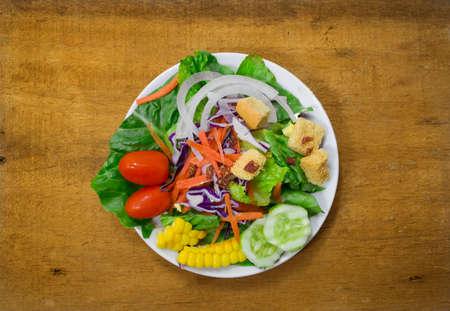 plato de ensalada: ensalada de placa en el fondo de madera