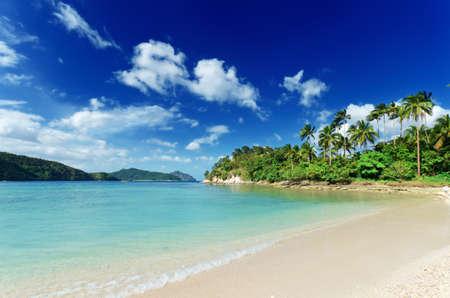 Plage tropicale avec ciel bleu.