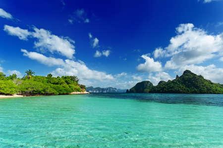 Plage tropicale avec ciel bleu. Banque d'images