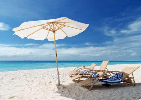 白色沙滩上的椅子。