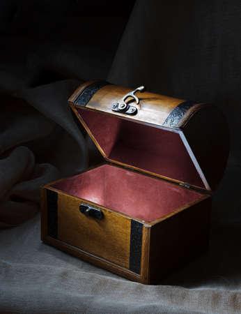cofre del tesoro: Cofre de madera con luz desde dentro. Foto de archivo
