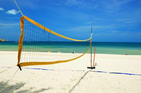 balon de voley: Red de voleibol en la playa tropical.