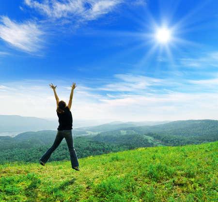 Jonge vrouw genieten van de frisse lucht. Stockfoto