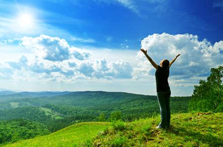 若い女性は、新鮮な空気を楽しんでいます。