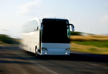 viagem: white bus on the road