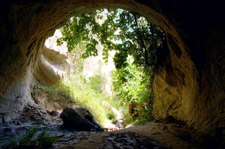 grotte: sortie verte de la grotte myst�re Banque d'images