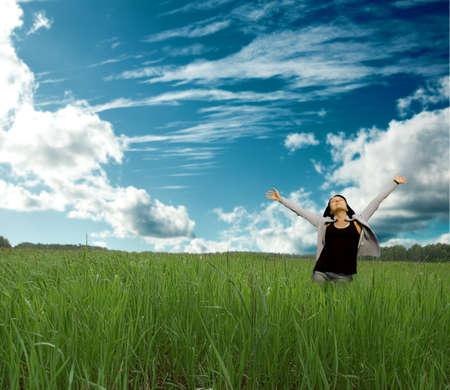 牧草地で美しい女性を楽しむ 写真素材