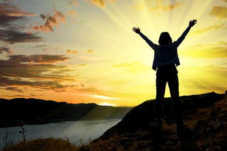 personas orando: Mujer en sunrise. Concepto de libertad.