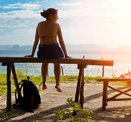 mujer mirando el horizonte: Mujer de estar en el banquillo.