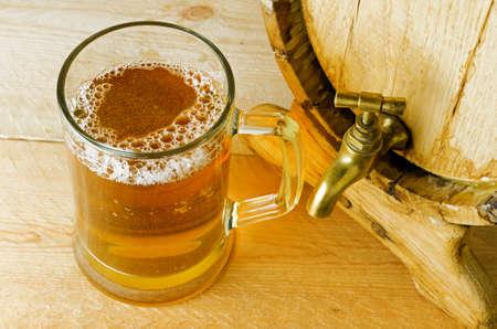 brew beer: Cerveza y ca��n en la mesa de madera.