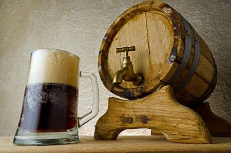 saloon: Cerveza negra sobre la mesa. Foto de archivo