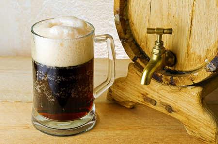 Donker bier op de tafel. Stockfoto - 10517433
