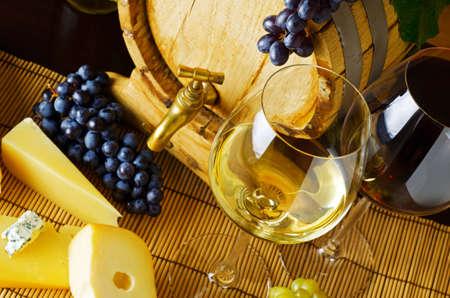 vinos y quesos: vino y queso en la tabla Foto de archivo