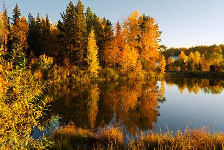 夕日の光線で湖。秋の風景です。 写真素材