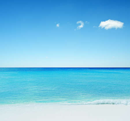 horizonte: Hermoso paisaje marino tropical. Cielo y mar. Foto de archivo