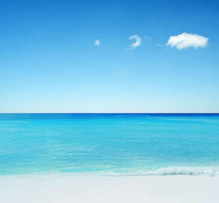Mooie tropische zeegezicht. Hemel en zee. Stockfoto