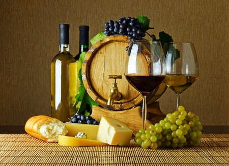 cave: Vin et fromage sur la table.
