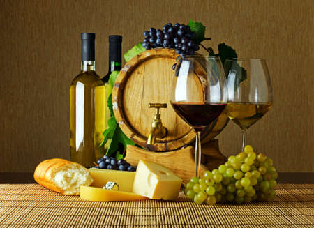 wei?wein: Wein und K�se auf dem Tisch