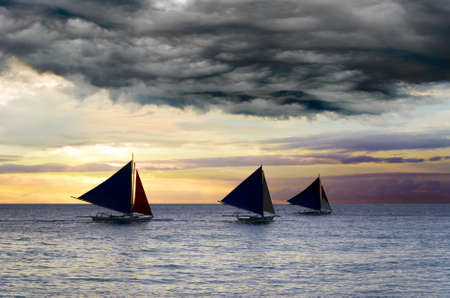 嵐の空の下でヨット。