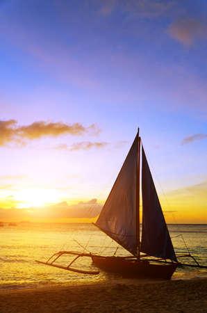 """Krajobraz zachód sÅ'oÅ""""ca. Å»aglówka na wybrzeżu wyspy Boracay. Zdjęcie Seryjne"""
