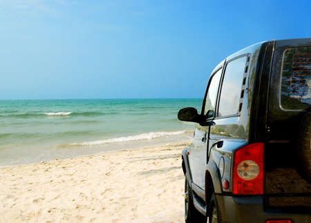 SUV在美丽的海滩上