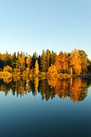 See im Sonnenuntergang Strahlen. Herbstlandschaft.